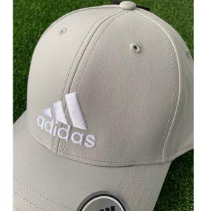Detalle Gorra Adidas Gris
